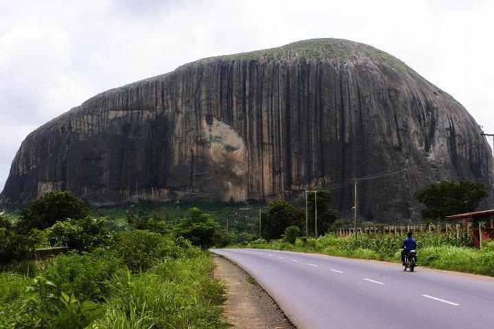 A természet egy emberi arcot vájt a sziklába. A helyiek szerint átok is van a dologban.
